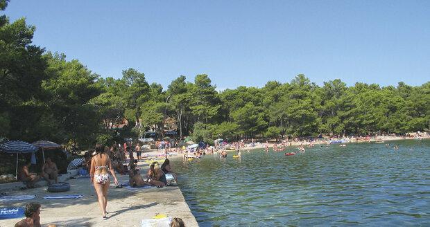 Hvar nabízí pláže s křišťálově čistou vodou.