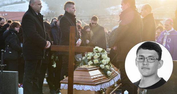 Poslední rozloučení s Kuciakem: Pohřbili ho ve svatebním jako jeho snoubenku