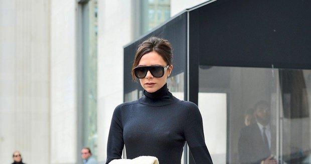 Victoria Beckham vyšla v zimě ven bez kabátu.