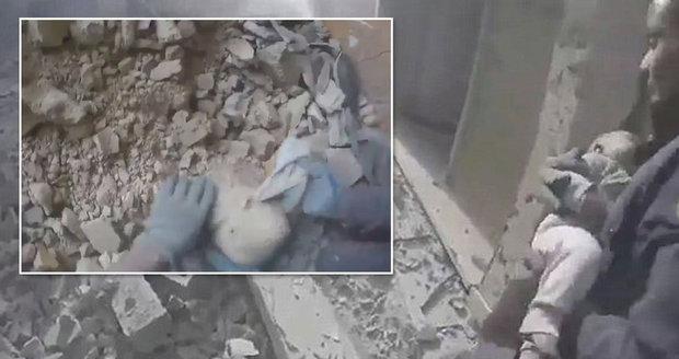 Zázrak: Záchranáři z trosek domu po náletu vytáhli živou holčičku