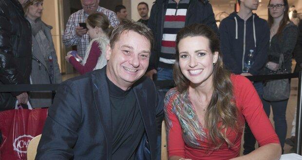 Eva Čerešňáková zrušila zásnuby s Martinem Ditmarem a odložila prsten z levého prsteníčku.