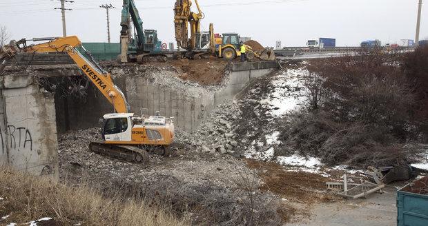Dálniční most jde k zemi! Na D8 u Zdib začala demolice půlky mostu, silnice pod ním je uzavřena