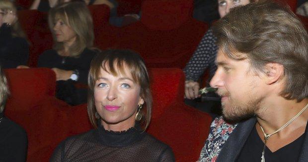 Táňa Vilhelmová vedle Vojty Dyka v kině neuhlídala šaty a ukázala rozkrok.