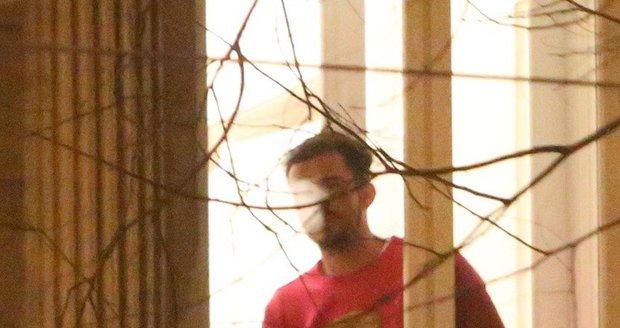 Orlando Bloom kouřil na balkoně.