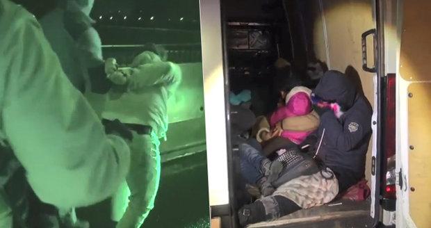 Tři převaděči vozili uprchlíky do Německa, zadrželi je na Pražském okruhu. Policie je chce obžalovat