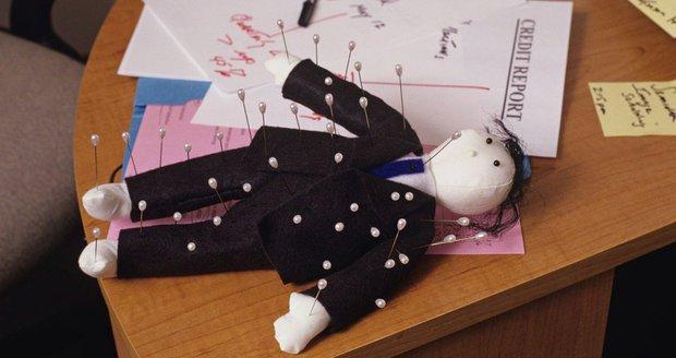 Náladu v práci zlepší voodoo panenky s tváří šéfů, tvrdí studie. Uleví i úzkosti