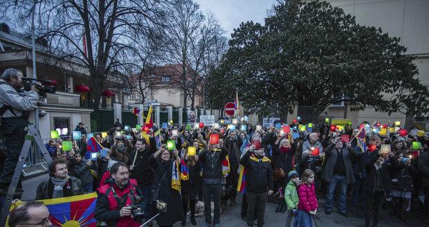 Před čínskou ambasádou v Praze se sešlo 200 lidí, kteří podpořili Tibet.