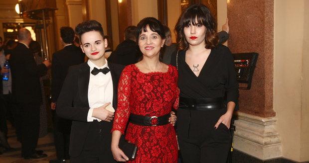 Alena Mihulová s dcerou Karolínou (vlevo) a její přítelkyní