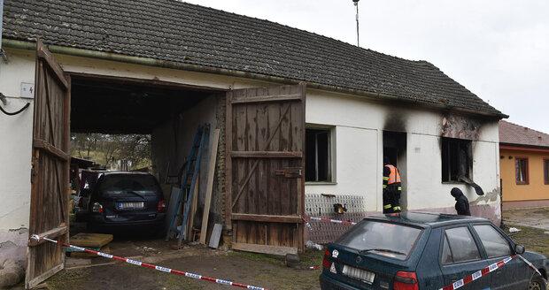 Tři děti zemřely nad ránem při požáru rodinného domku na Znojemsku. Čtyři dospělí jsou zranění.