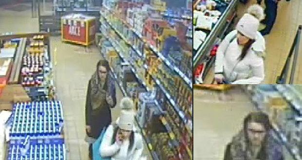 Policie pátrá po dvou ženách, které platily cizí kartou.