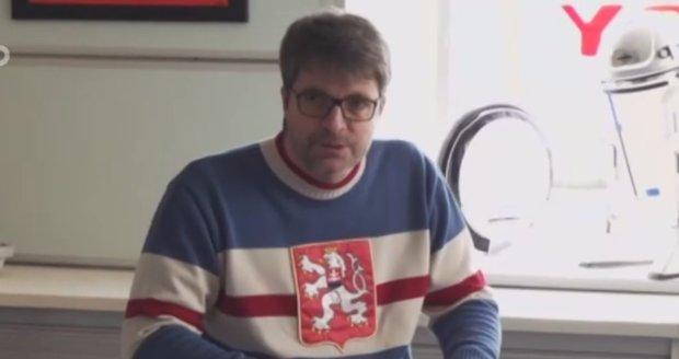Ochrnutý Michal Jančařík dostal od kamarádů elektrovozík.