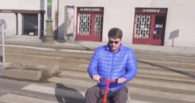 S vozíkem může jezdit i v terénu, což mu umožní procházky s rodinou.
