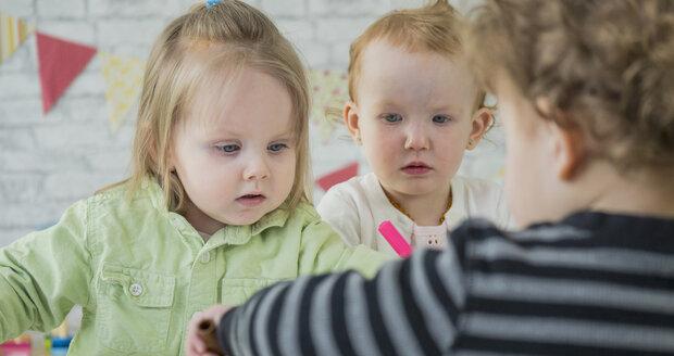 Školky nebudou muset povinně brát dvouleté děti, dohodl se sněmovní výbor