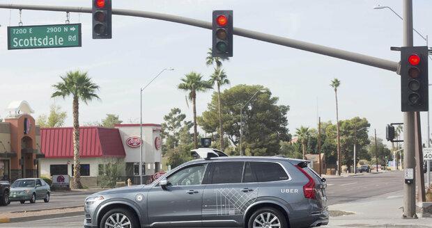 """Ve smrtelné srážce samořízeného vozu Uber je stroj bez viny, žena mu """"skočila"""" do cesty"""