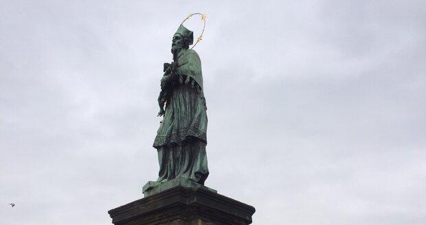 Socha Jana Nepomuckého na Karlově mostě.