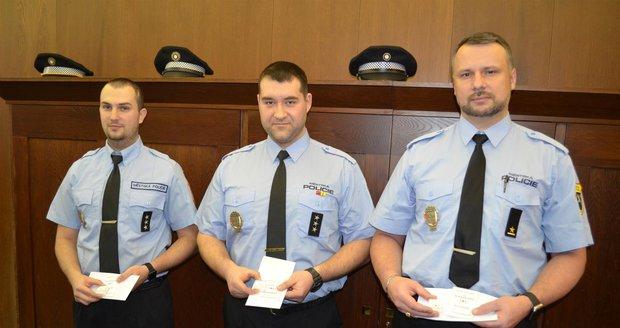 Pavol Kikloš, Adam Rokoš a Petr Veleba (zleva) se stužkami Za záchranu života