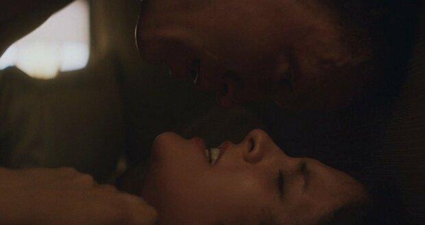 Erotická scéna ve filmu Welcome the Stranger
