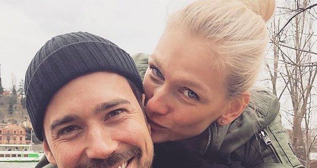 Modelka Zuzana Stráská s partnerem Matyášem s ultrazvukem miminka