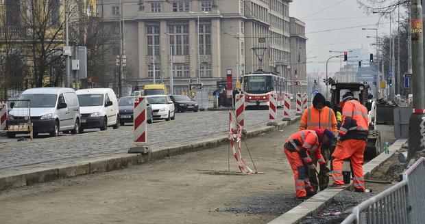Rekonstrukce silnice na nábřeží v Praze 7 se v polovině ledna vrátí.