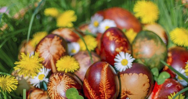 Barvení vajec v cibulových slupkách