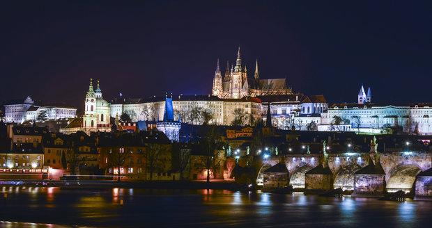I v noci si Pražský hrad zachovává svou pohádkovou půvabnost.