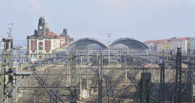 Hlavní nádraží v Praze postihla rozsáhlá porucha zabezpečovacího zařízení. Provoz nádraží je omezen.