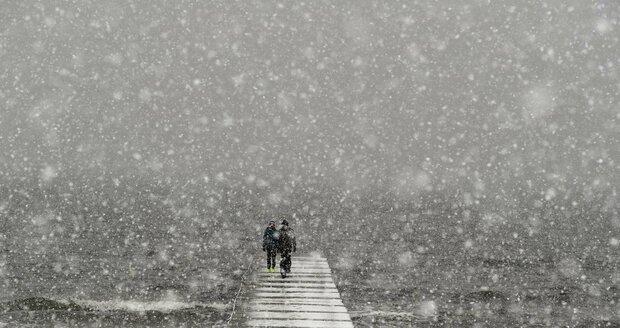 Bílé Velikonoce v Německu - V oblíbením baltském letovisku Dierhagen museli lidé sníh odklízet i z plážových košů.