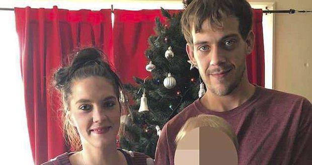 Matka se svým přítelem vedla nevěstinec v domově, kde žily tři děti. Výdělkem platila dluhy za drogy