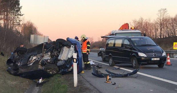 Tragédie za Prahou: Na dálnici D11 se převrátilo auto, řidič zemřel