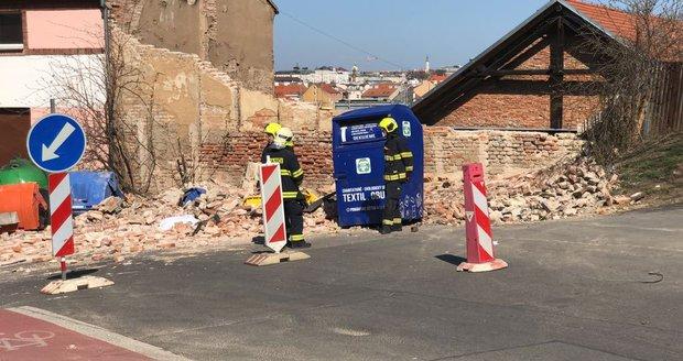 Na zhruba čtyřicetiletého muže se v ulici Na Neklance v Praze zřítila zeď, na místě zemřel.