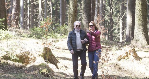 Karel Gott na procházce s manželkou Ivanou.