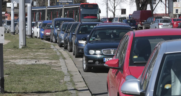 Výdej parkovacích oprávnění pro nové zóny v Praze 4 se během července bude měnit.
