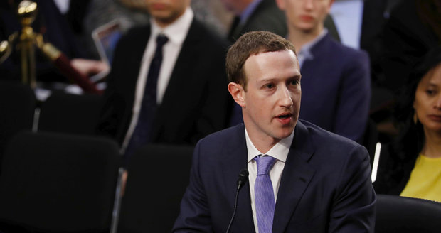 """Okradení lidé o data i soukromí, podmínky """"na prd"""": Senátoři grilovali šéfa Facebooku"""