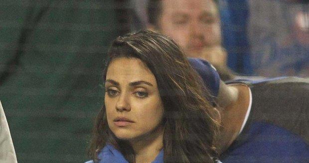 Smutná a unavená Mila Kunis na baseballu