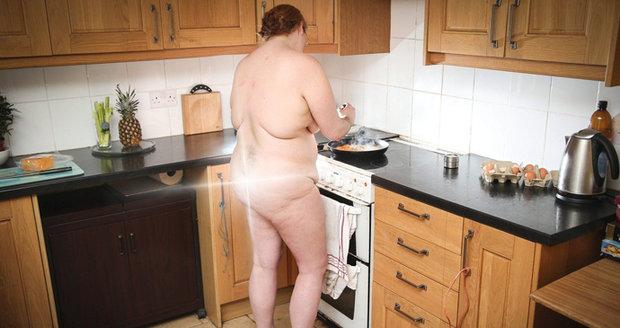 Zákazníci objednávající si nahý úklid preferují ženy s plnými postavami a středního věku. Na snímku je nudistka.