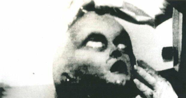 Záběry z údajné pitvy mimozemšťana po roswelském incidentu
