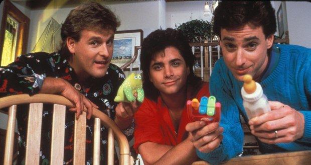 John Stamos (uprostřed) v seriálu Plný dům (Full house)