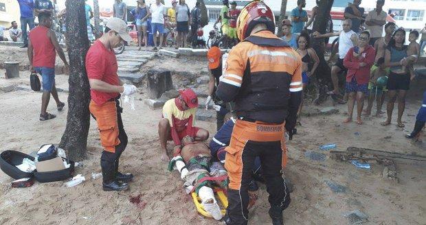 Turistu v mělké vodě ohryzal žralok na kost, muž přišel o nohu a bojuje o život