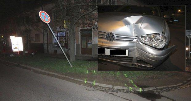 Zdrogovaný šofér si to v nočním Znojmě přes značku namířil rovnou do rodinného domu.
