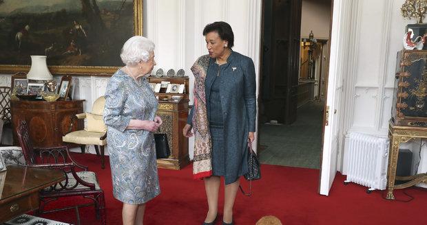 Královna ještě se svým pejskem, kterého musela v neděli nechat uspat.