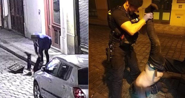 """""""Teď se nemrskej"""": Mladík se potopil do kanálu pro mobil a klíče, tahali ho strážníci"""