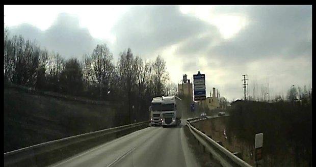 Děsivý manévr na silnici v Chebsku: Nepředjížděl, vyhýbal se, brání dopravce řidiče kamionu