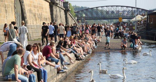 Téměř tropické teploty vyhnaly Čechy k vodě