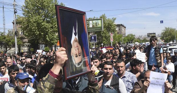 """Exprezident se stal premiérem a Arméni vyšli do ulic. """"Zase chce ovládnout zemi"""""""