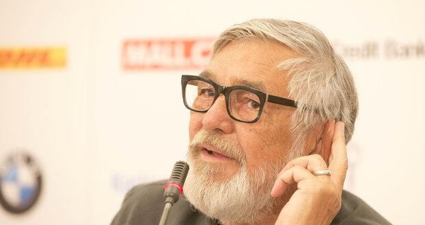 Prezident festivalu Jiří Bartoška na tiskové konferenci ke karlovarskému festivalu.
