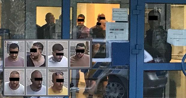 Policie na letišti zadržela partu cizinců: Jsou podezřelí z napadení číšníka v centru Prahy