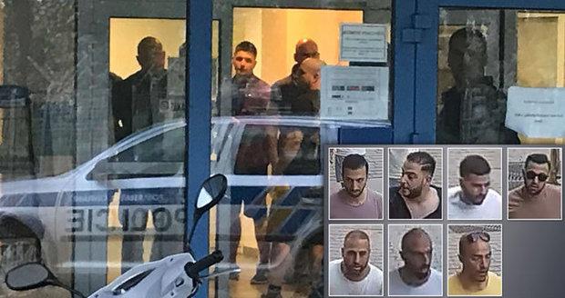"""Svědek o zadržení násilníků: """"Sebrali jim pasy a půl hodiny se nic nedělo."""" Policie je obvinila"""