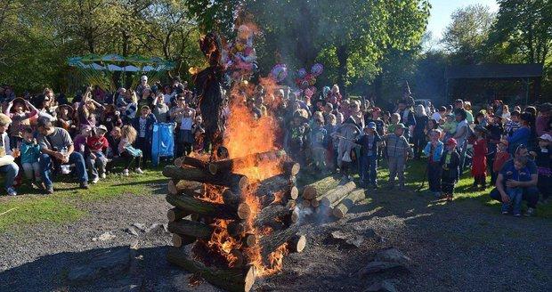 Zákazy ohňů, silný vichr: Oslavy Čarodějnic ohrozí divoké počasí