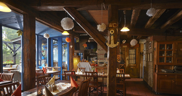 Nejen narybí polévce ačerstvých rybách si pochutnáte vevyhlášené průhonické restauraci Hliněná bašta