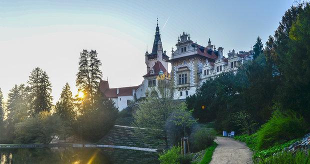 Na zámku sídlí Akademie věd ČR, přístupné jsou jen pamětní síň zakladatele parku a Rytířský sál.